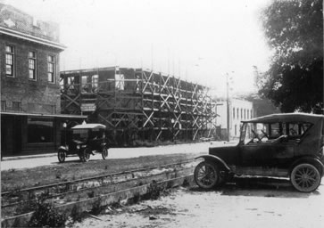 Black and white photo of Edgewater construction from 1920s